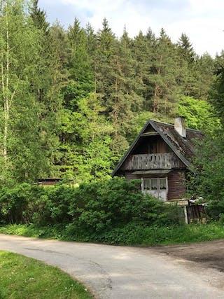 Drie huizen: Het dorpje Smrcná telt drie huizen én een treinstation.
