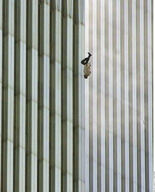 Richard Drew /AP/H | Meer Italianen en Argentijnen dan Amerikanen koppelden deze foto, genomen door Richard Drew, aan de aanslagen in New York op 11 september 2001. De centrale boodschap volgens een Italiaan: 'Vergeet nooit lief te hebben, te lachen en leven alsof het de laatste dag is… Ik vraag me af of dat was wat deze man dacht, terwijl hij viel, hoeveel hij had opgeofferd voor ambitie en succes … en nu?'