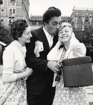 Federico Fellini met zijn vrouw Giulietta Masina en actrice Valentina Cortese in Venetië (1955).