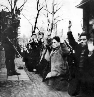 Joden worden onder schot gehouden na de eerste grote razzia's die van 22 op 23 februari 1941 plaatsvonden. Op 25 februari volgde de beroemde Februaristaking, een door de CPN uitgeroepen staking als uiting van verzet tegen de jodenvervolging.